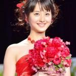 佐々木希はなぜアニヴェルセルで赤いドレスを?
