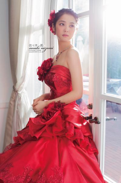 とても可愛いですよね☆もっとたくさんウエディングドレスやドレス姿の佐々木希ちゃんを紹介している記事があるのでよかったらこちらもどうぞ♪